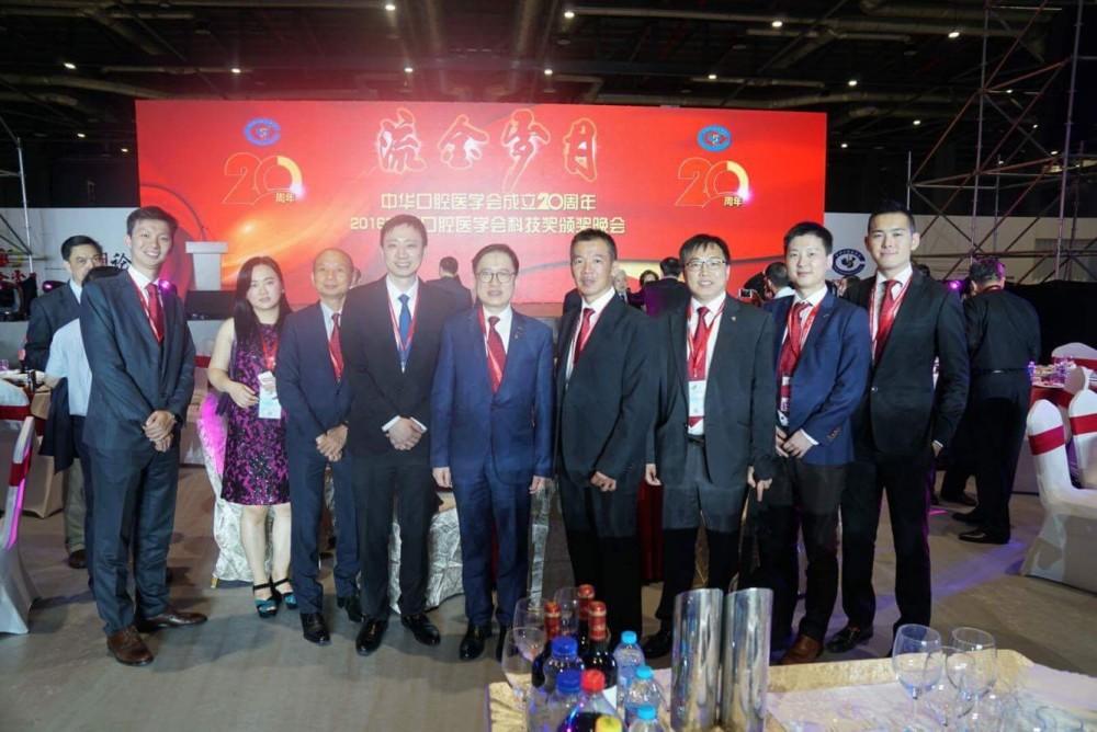 與香港代表合影